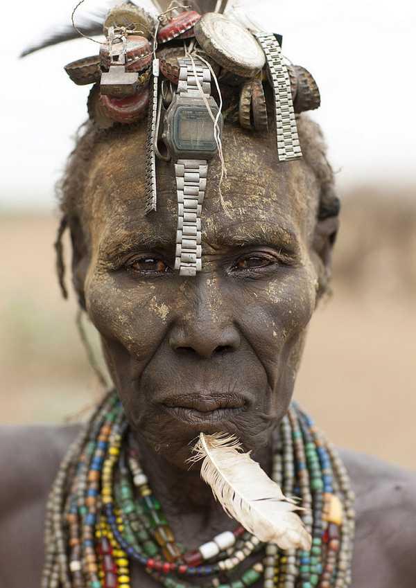 La tribù dell'Etiopia e il riutilizzo creativo dei rifiuti per creare monili e copricapi